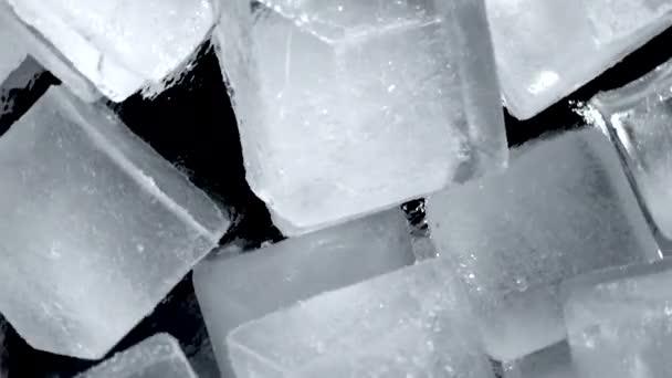 Nahaufnahme. Draufsicht auf rotierende Eiswürfel