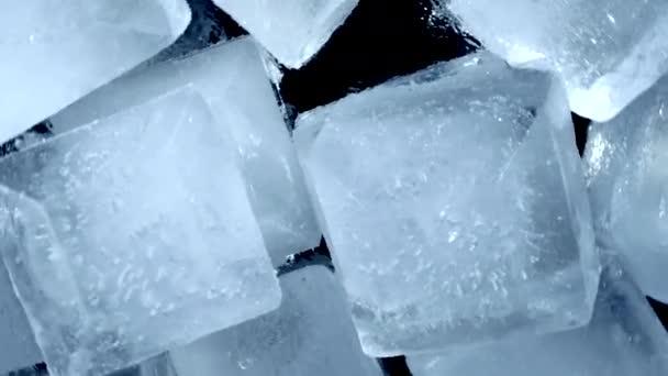 Detailní záběr. Pohled shora na rotující kostky ledu
