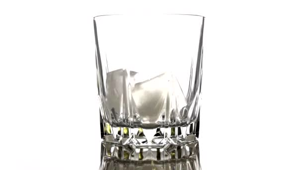 Ledové kostky padají do sklenice na bílém pozadí. Zpomal. Koncept koktejlu