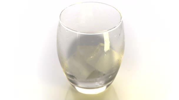 Arany Whiskey öntött az üvegbe. Whiskey vagy konyak öntése fehér alapon jégkockás poharakba