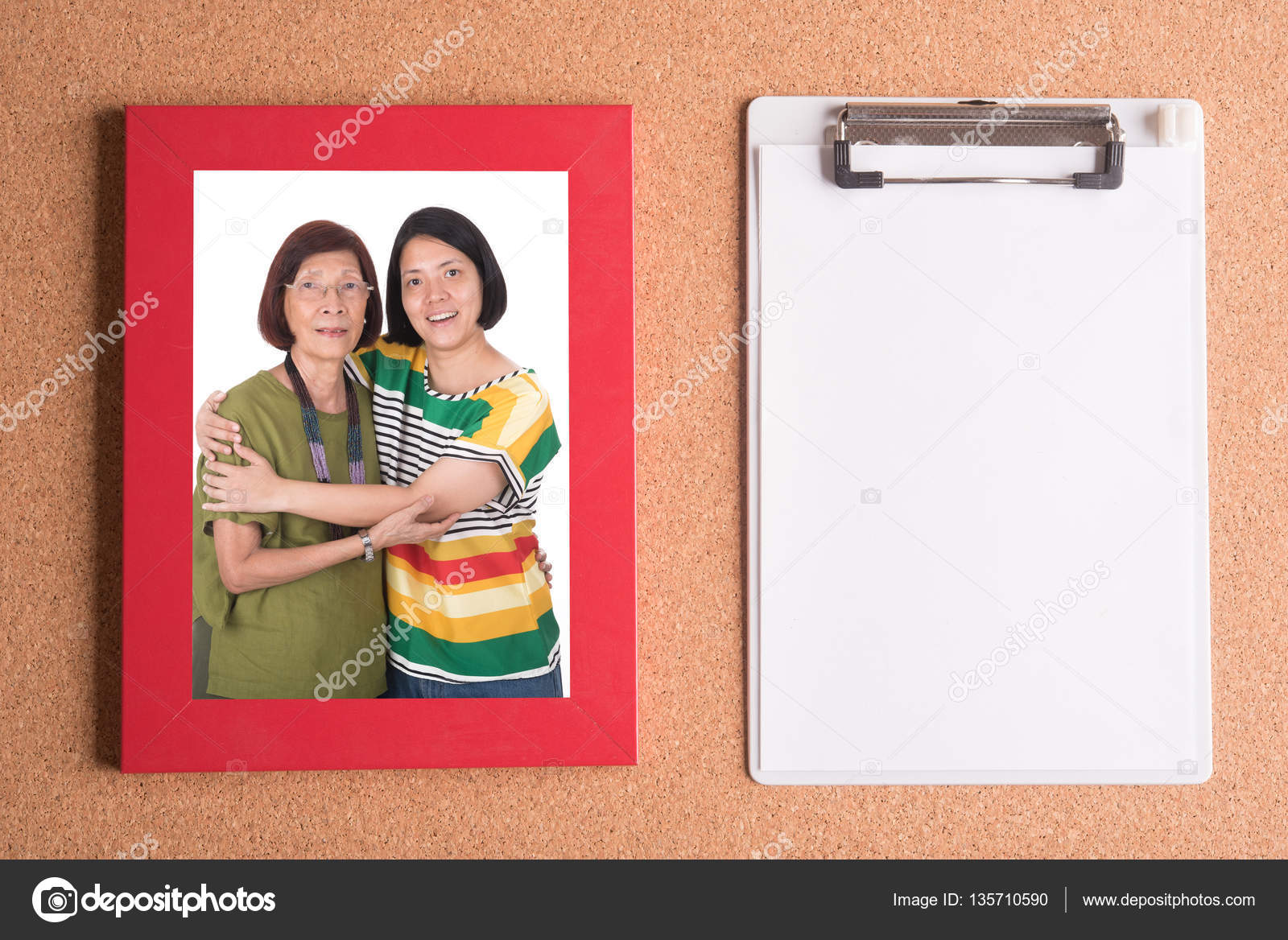 Portapapeles y marco con la foto de madre e hija en madera t — Fotos ...