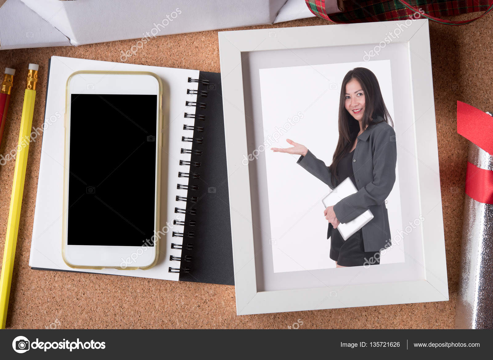 Frauenbild in Bilderrahmen und leere Smartphone und Urlaub ...