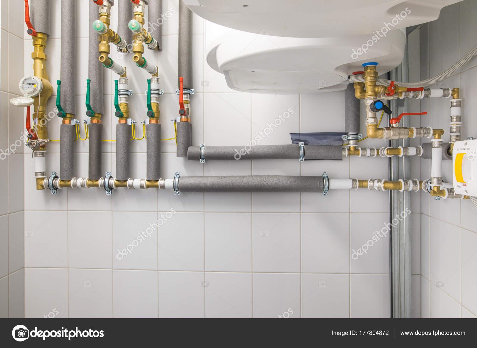 Kessel für die Warmwasserbereitung, Rohrleitungssystem — Stockfoto ...