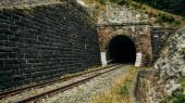 železniční tunel ve slovenských horách národní park, podzim barva i