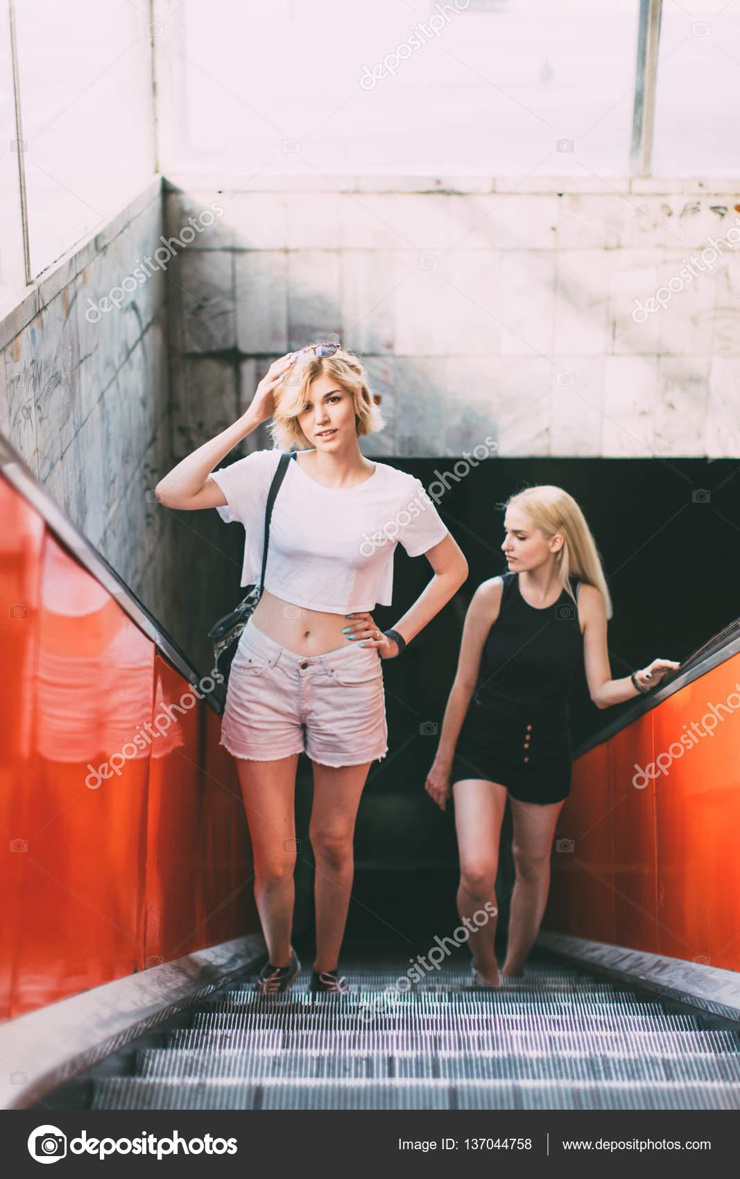 a1f5089622a3 Mujeres hermosas jóvenes de pie en la calle en ropa de verano durante el  día - chicas en ropa diminuta — Foto de Diem.ph