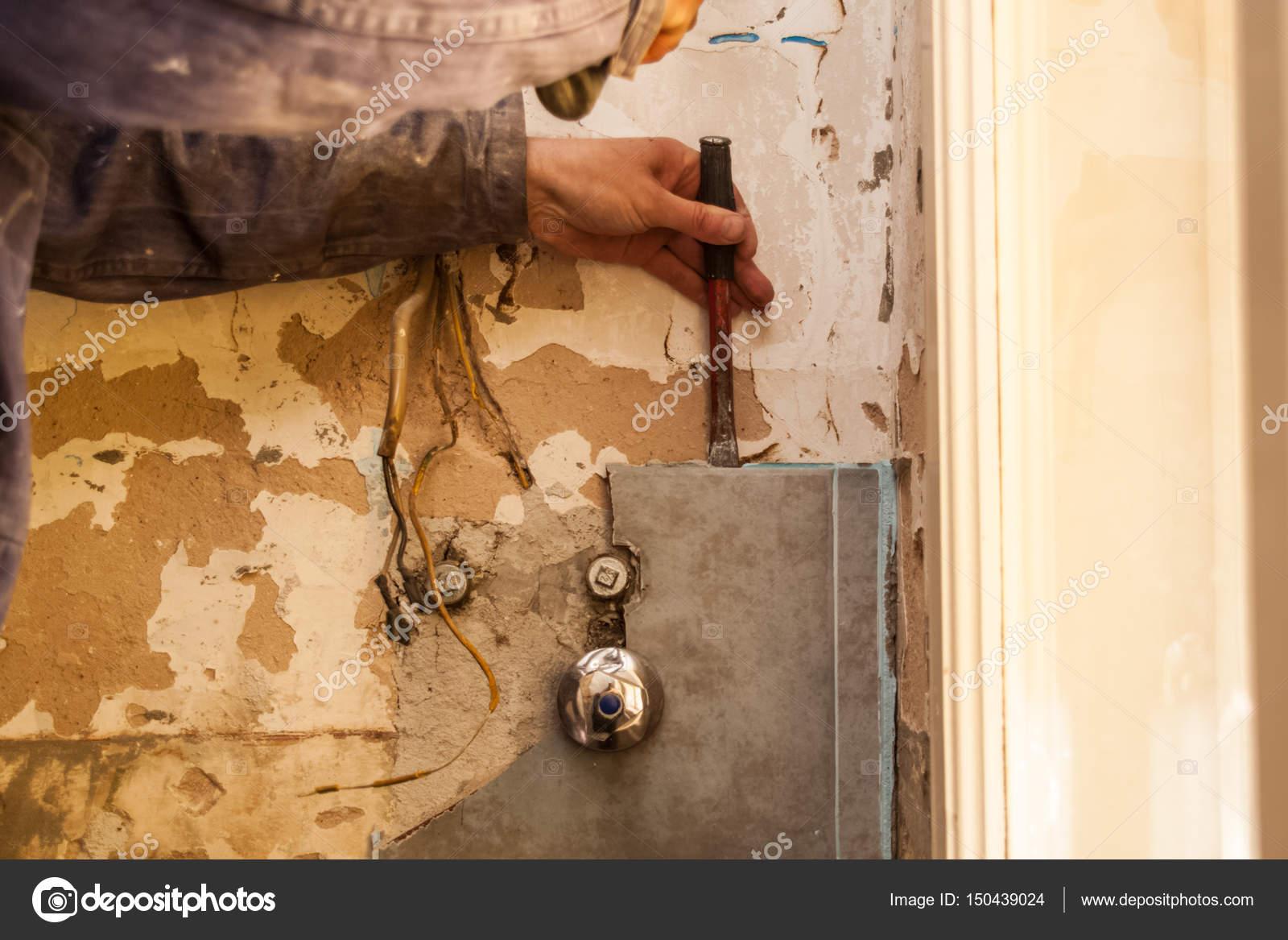 Wohnung, Renovierung, Keramik, Master Überfall Auf Alte Fliesen Im Bad Mit  Einem Hammer U2014 Foto Von HappyLenses
