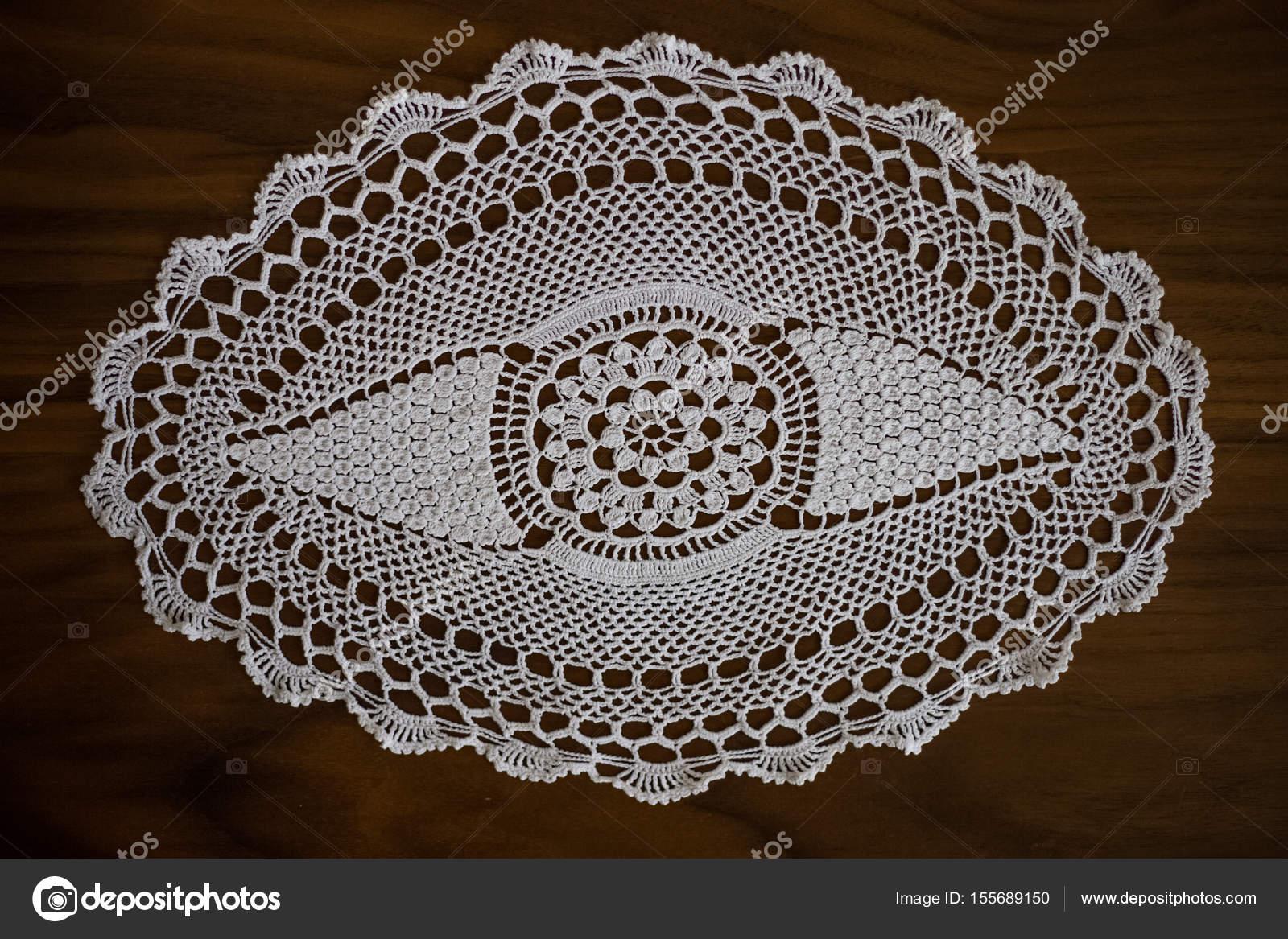 Blanco hecho a mano, crochet, bordado, sobre un fondo de madera ...