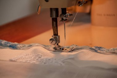 Sewing machine, sewing process, pause to replace the thread, fab