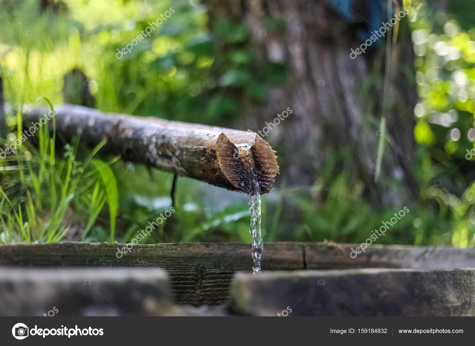 Del agua de la fuente, agua potable, agua de manantial natural ...