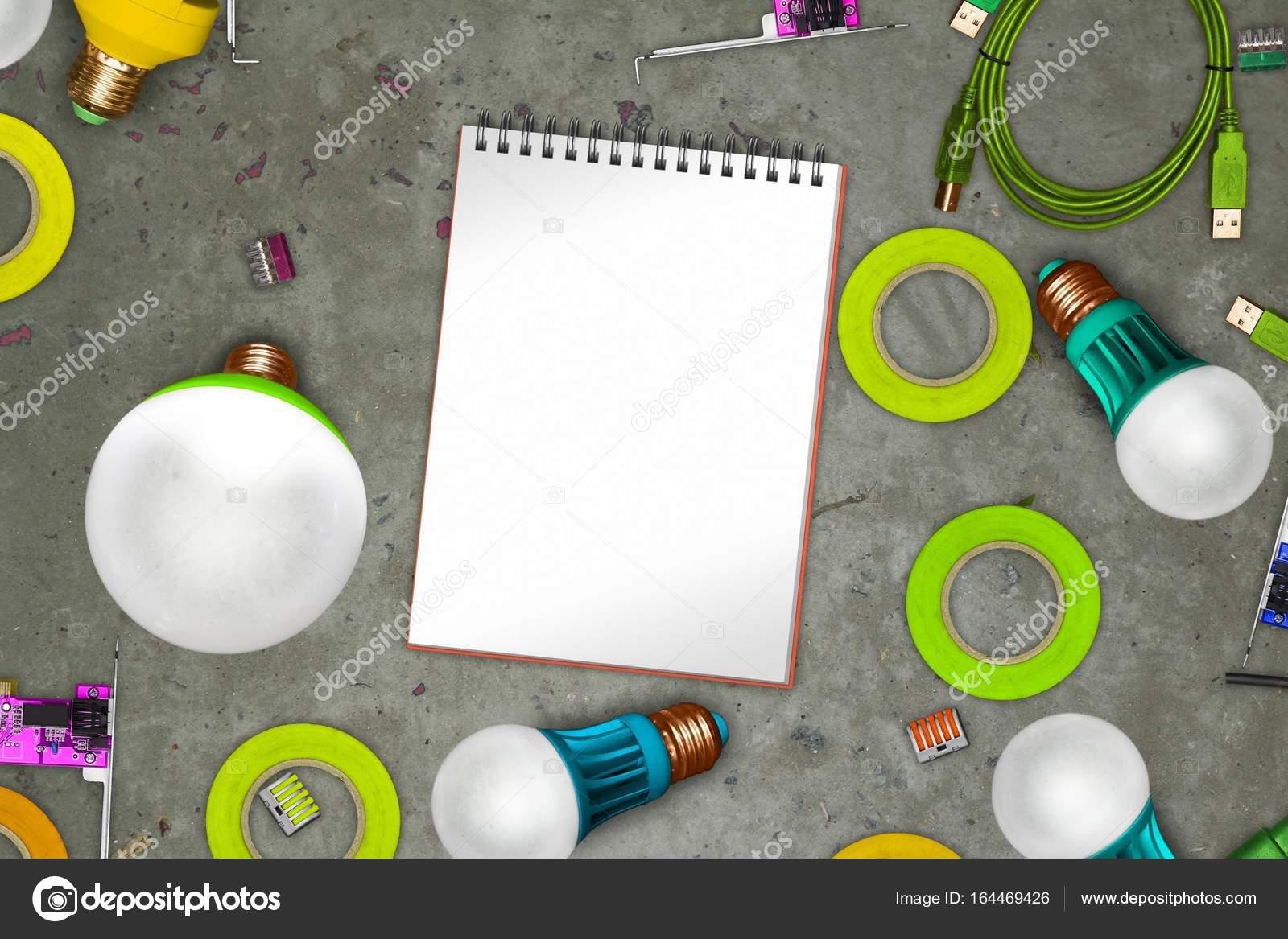 Elektrische thematische Collage auf Beton mit leeren Notebook ...