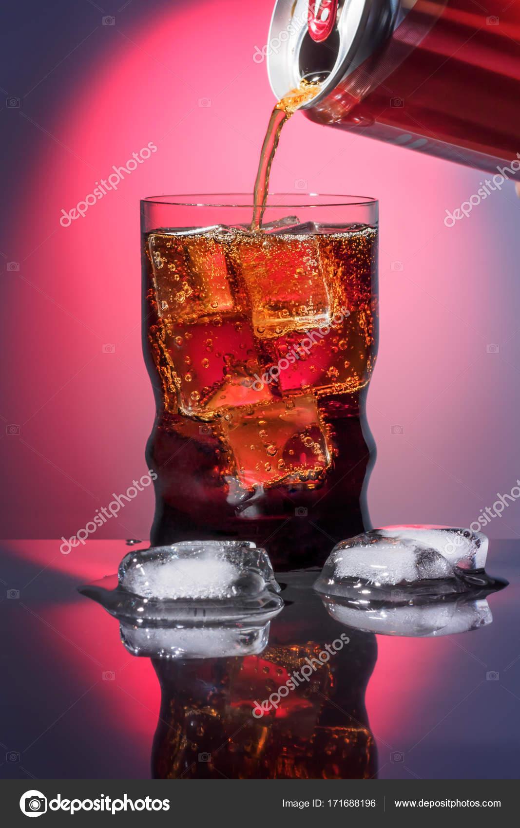Cola im Glas mit Eis süßen funkelnden kohlensäurehaltige Getränke ...