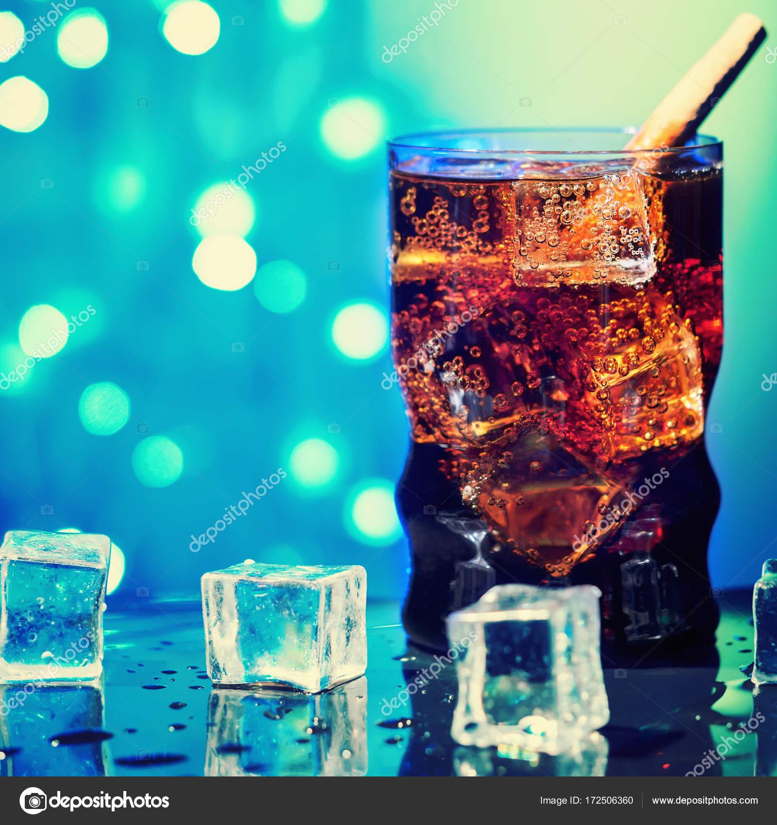 Cola im Glas mit Ice Cube süßen funkelnden kohlensäurehaltige ...