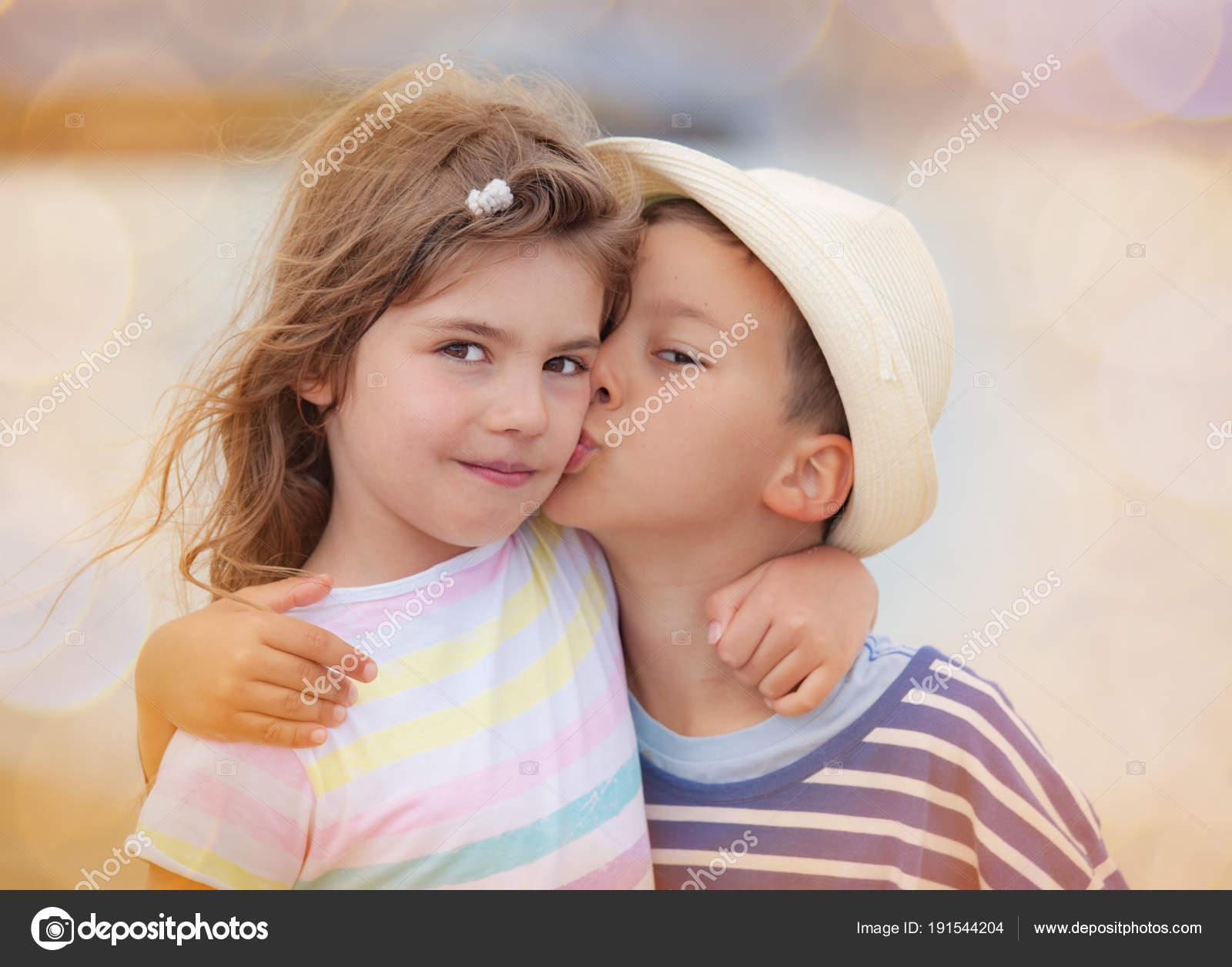 Kussen Voor Kinderen : Kussen jongen meisje kinderen broer zus u2014 stockfoto © vilevi #191544204