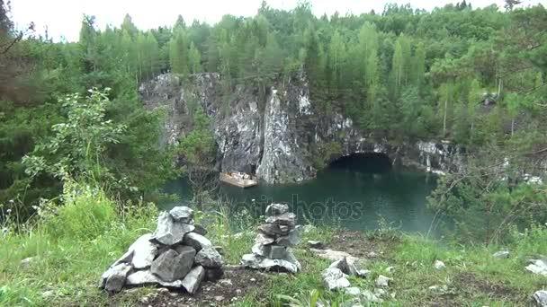 Hromada kamenů a skal