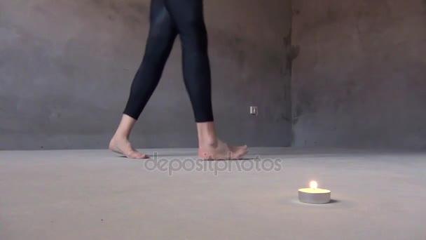 Žena chodí dokola s svíčku, hořící, čarodějnictví rituál