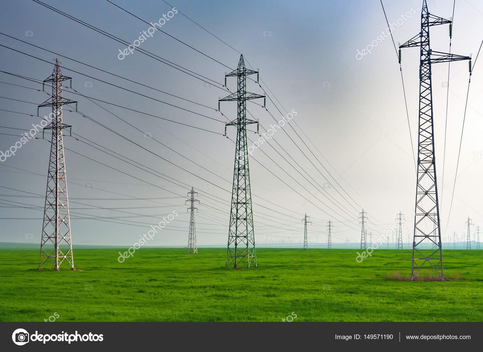 Elektrische Masten auf der grünen Wiese — Stockfoto © evgord #149571190