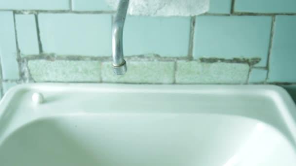 Jeřáb ve staré koupelně