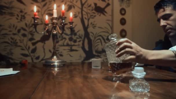 Muž nepije alkohol u stolu