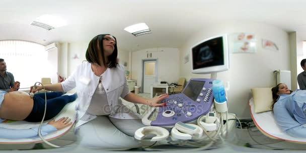 VR 360 Panorama Blick auf Ultraschall seine schwangere Frau Mann