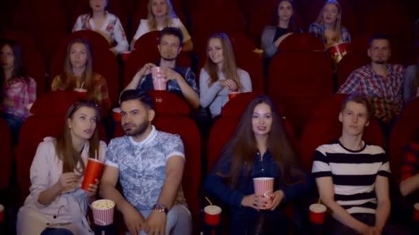 Lidé sledují film komedie v moderní kinosál