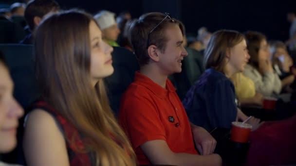 Rodina s dětmi krásné a přátel sledoval legrační karikatura v kině