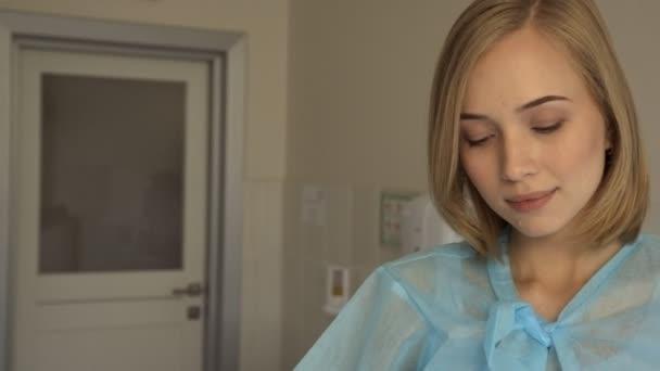 ein aufregendes Mädchen auf dem Gynäkologen wird im medizinischen Zentrum untersucht.