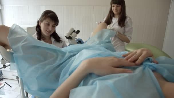 Frauenärztin untersucht weibliche Krankheit unter dem Mikroskop.
