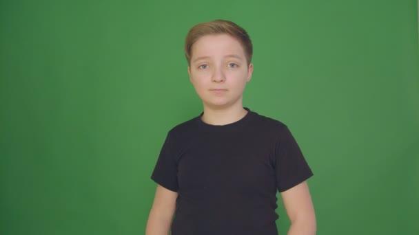 Portrét šťastné dítě s emoce a pocity. Krásný chlapec usměvavý, při pohledu na fotoaparát s radostným úsměvem, mužský potomek rád výrazem na tváři. Closeup,