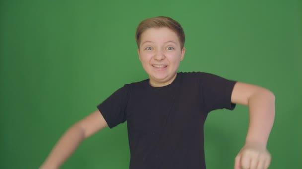 Érzelmek és érzések, boldog gyermek portréja. Gyönyörű fiú mosolyogva, látszó-on fényképezőgép örömteli mosollyal, férfi gyermek arcán boldog kifejezés. Vértes,
