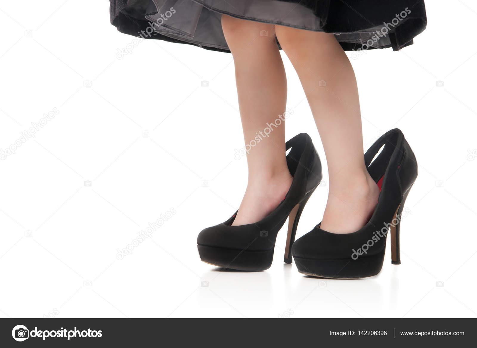 fondo lindos talones en altos imágenes Pies de grandes verdes y un los con sobre blanco niños un tacones zapatos w7Ux7qFC