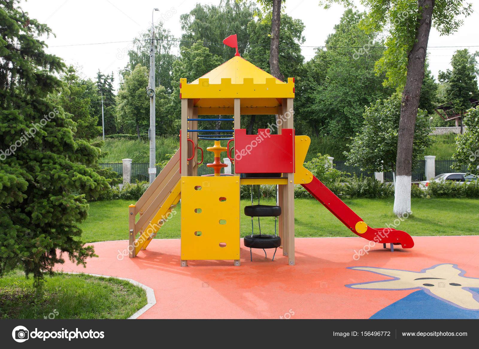 Area De Juegos Infantiles Para Ninos En Parque De La Ciudad Fotos