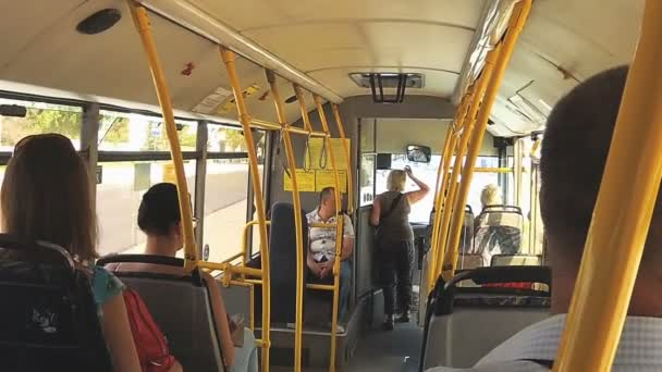 Interiér autobusu s cestujícími.