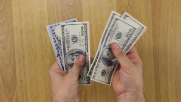 Ruce se počítají peníze, dolary.