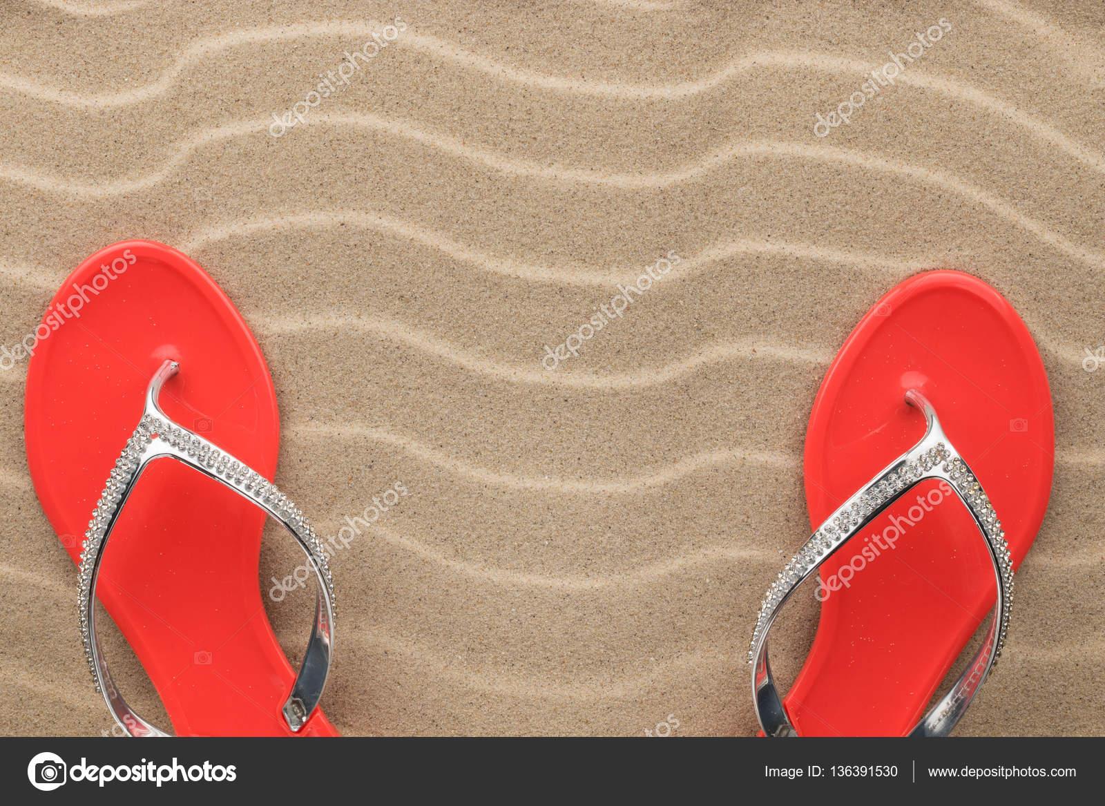 Par rojo sandalias incrustadas con diamantes de imitación de pie ...