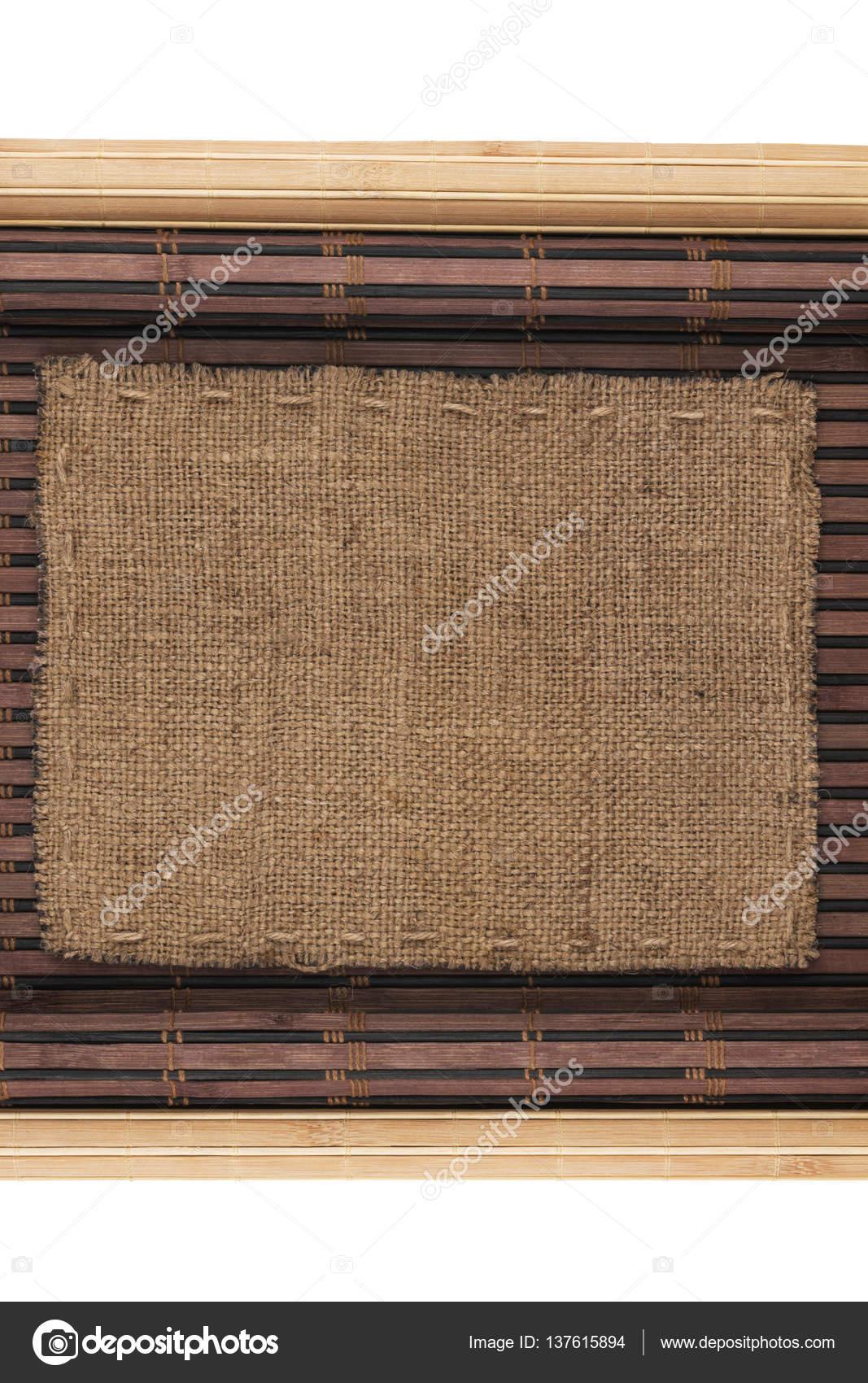Marco hecho de arpillera acostado sobre una estera de bambú en forma ...
