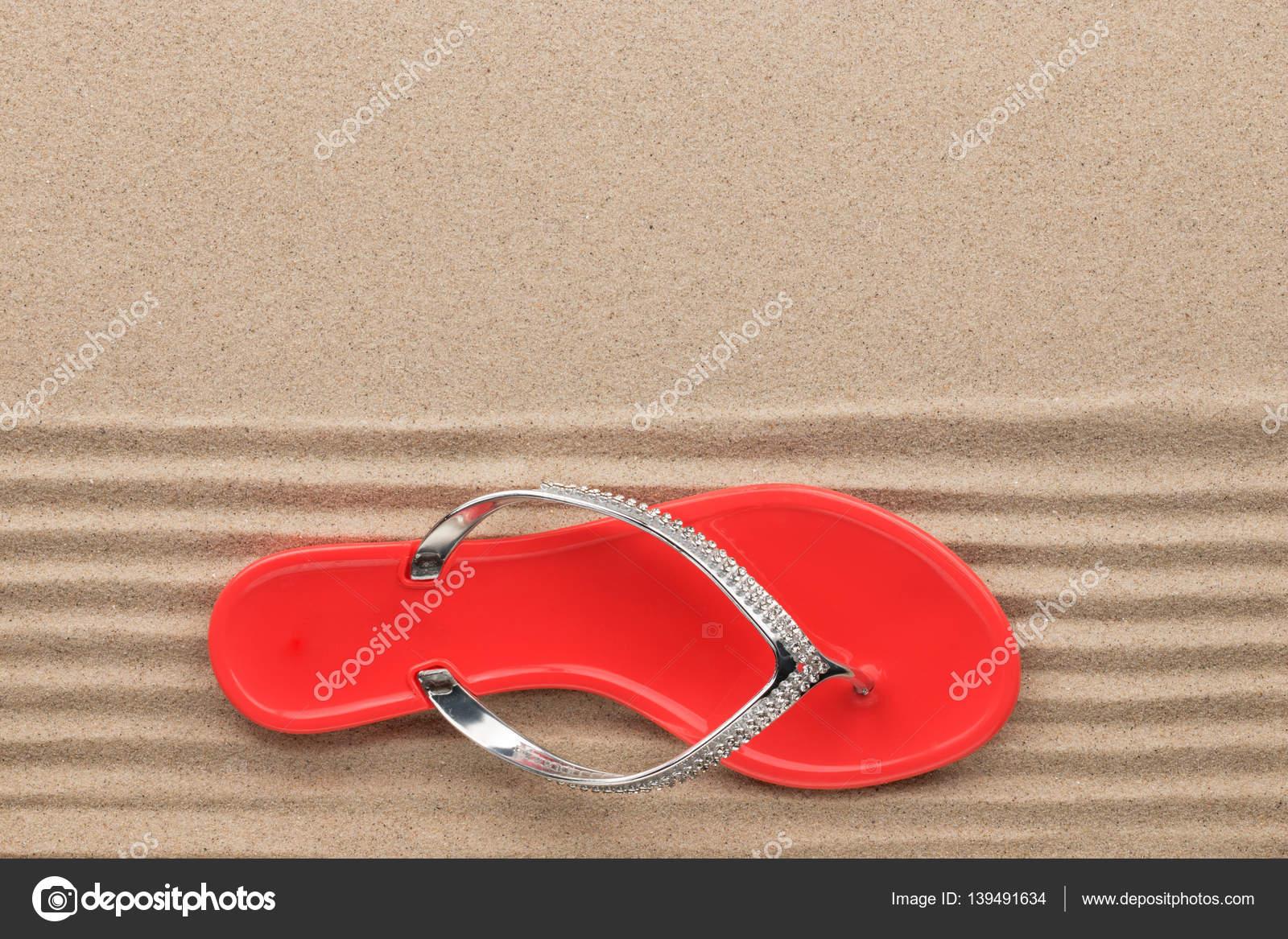 Moda rojo sandalias decoradas con diamantes de imitación, de pie ...