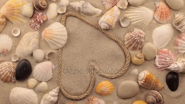 Rotace srdce vyroben z lana a mušle, kameny