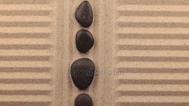 Krásné světelné efekty. Rotace písku v podobě řádků a černé kameny.