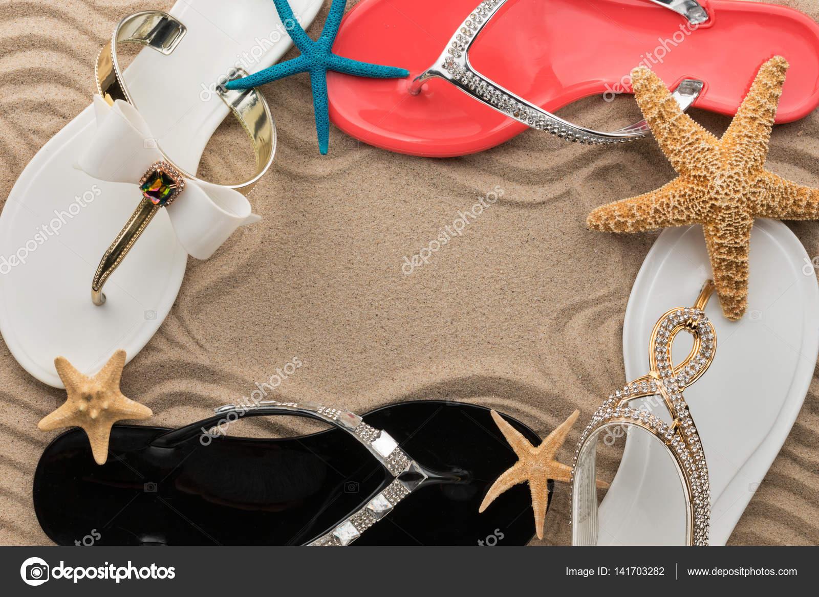 Cuatro flip-flops con incrustaciones de pedrería y estrellas de mar ...
