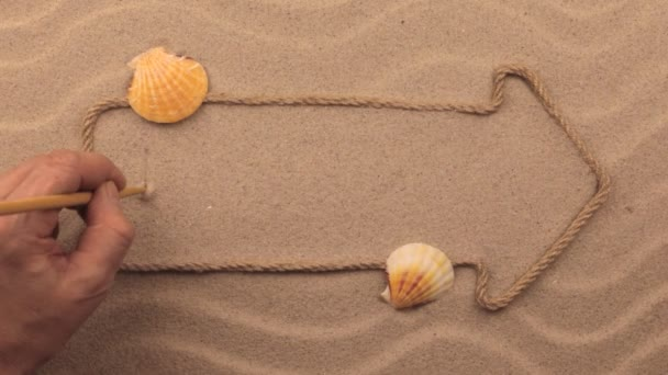 Uvolnit nápis napsaný rukou v písku, ukazatel z lana