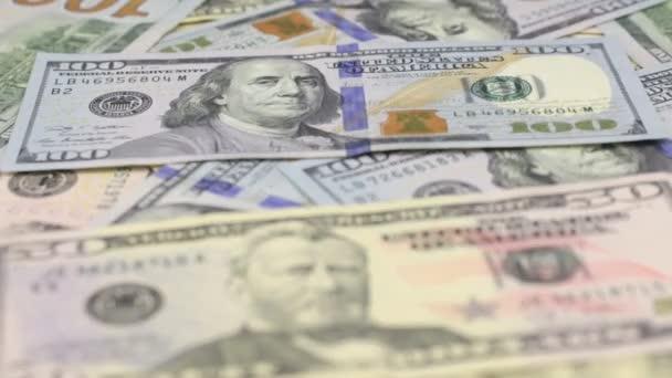 Zaměřit se na blízké a vzdálené dolarové bankovky