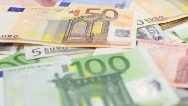 Zaměřit se na blízké a vzdálené euro bankovky.