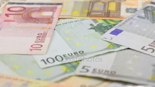 Zvětšovací sklo stojí na euro, detail. Dolly zastřelil.