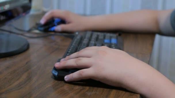 Detail z rukou psaní na počítačové klávesnici a myš