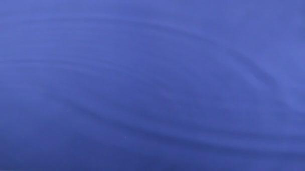 Csökkenő két csepp vizet a kék víz.