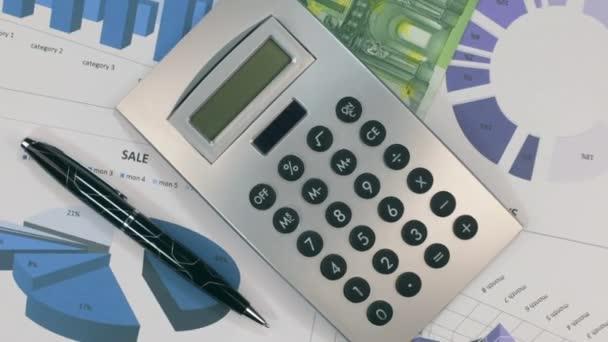 Rotace diagramů s Kalkulačka a bankovku sto EUR.