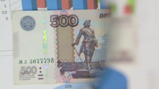 Za bankovky pět set rublů, zvýšení s lupou.