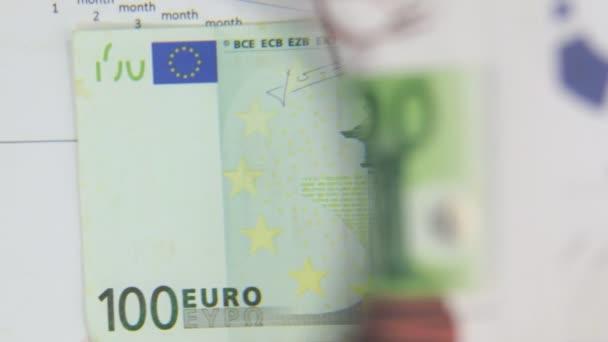 Za bankovky sto EUR, zvýšení s lupou