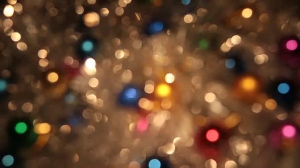Rotációs bokeh a talmi arany és a színes golyókat. Karácsonyi és újévi háttér