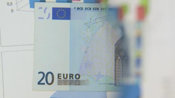 Fontolja meg egy bankjegy húsz euró, egy nagyítóval növekedését.
